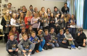 Fornøyde niendeklassinger fra Eidebakken skole vant et klassesett av I morgen er alt mørkt. Foto: Øystein Garfjell