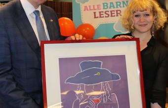 Hedret: Årets prisvinner Heidi Sævareid sammen med statssekretær Bjørgulv Vinje Borgundvaag. Foto: Stig Michaelsen