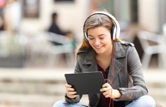 Lytt til bøker: Foreningen !les og NLB tilbyr alle utdragene i tXt Opprør! som lydfiler.